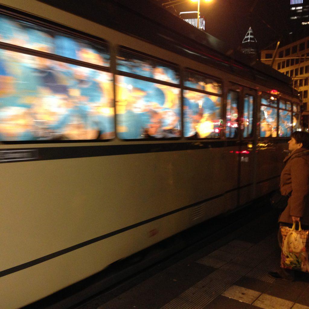 Historische Tram mit Globen